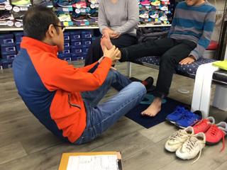 専門家が足と体と歩行のバランスを評価